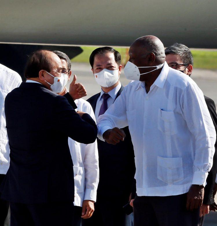 El presidente de Vietnam, Nguyen Xuan Phuc (i), saluda al vicepresidente de Cuba, Salvador Valdés Mesa, a su llegada al aeropuerto internacional José Martí de La Habana, el sábado 18 de septiembre de 2021. Foto: Ernesto Mastrascusa / EFE.