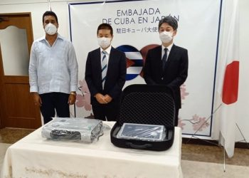 El vicepresidente primero del Inder, Raúl Fornés (izq) junto a directivos de la empresa japonesa japonesa Techno Link, que realizó un donativo de dos equipos para la rehabilitación de atletas cubanos. Foto: Agencia Cubana de Noticias.