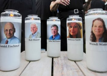 Imagen de las velas recordatorias de las víctimas de la masacre depositadas ante del tribunal. | Foto: Jose Luis Magana/Associated Press