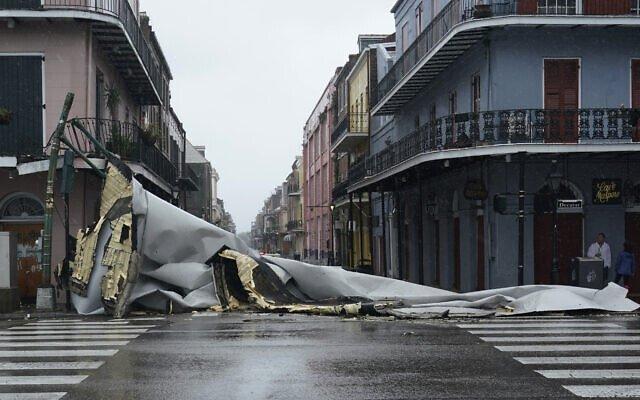 Una sección de un techo desprendida de un edificio del Barrio Francés de Nueva Orleans por los vientos del huracán Ida. Foto: Eric Gay/AP.