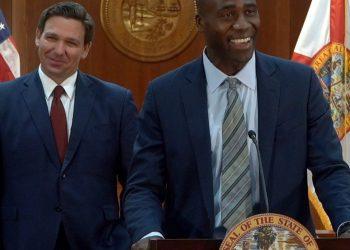 El doctor Joseph Ladapo (der.) junto al gobernador Ron DeSantis. | Foto: Oficina del Gobernador Florida.