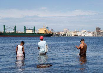 Pescadores en La Habana. Foto: Yander Zamora/Efe.