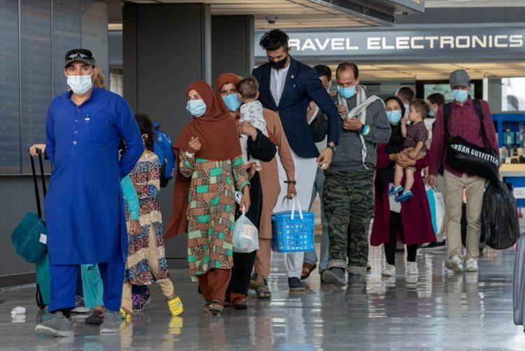Un grupo de refugiados afganos llega a Estados Unidos el martes, 14 de septiembre. | Foto: Gemunu Amarasinghe / AP