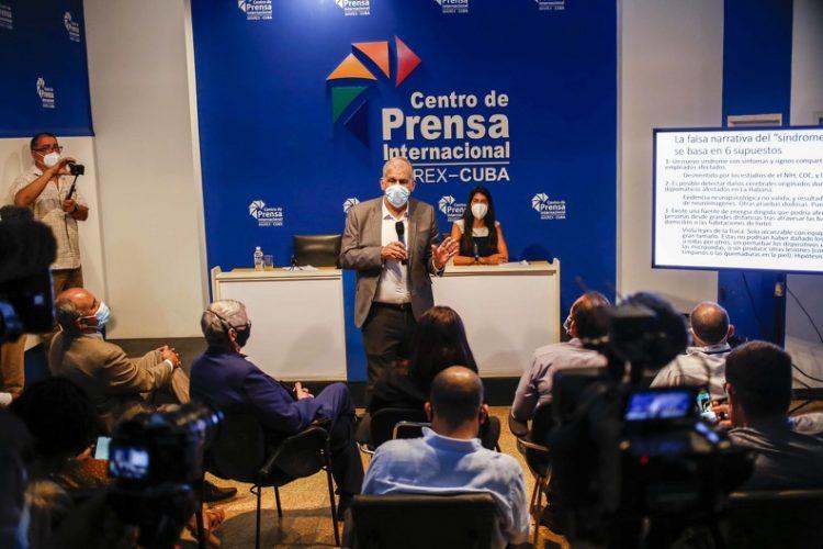 El Dr. Mitchell Valdés-Sosa (de pie), director del Centro de Neurociencias de Cuba, durante una conferencia de prensa en La Habana el 13 de septiembre de 2021, de los resultados de la investigación cubana sobre los incidentes de salud sufridos por diplomáticos norteamericanos en Cuba. Foto: Ariel Ley Royero / ACN.