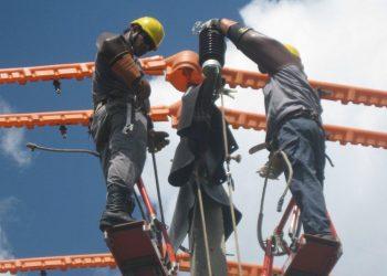 Trabajadores de la Unión Eléctrica de Cuba. Foto: perfil de Facebook de la empresa.