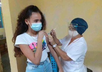 Una adolescente cubana recibe vacuna contra la COVID-19 en Artemisa. Foto: ACN / Archivo.