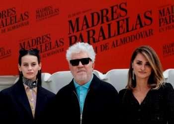 El director de cine español Pedro Almodóvar (c) posa con las actrices Penélope Cruz (d) y Milena Smit (i) durante la presentación de 'Madres paralelas' en el Hotel Ritz de Madrid. Foto: Emilio Naranjo / EFE.