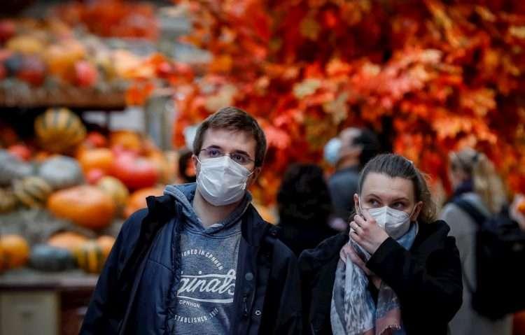 Personas usan mascarillas como protección ante el coronavirus en Rusia. Foto: Yuri Kochetkov / EFE.