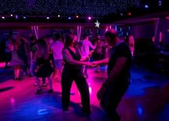 Varias personas bailan en una discoteca de Palma de Mallorca, en las Islas Baleares, tras la reapertura de estas instalaciones en España. Foto: Atienza / EFE.