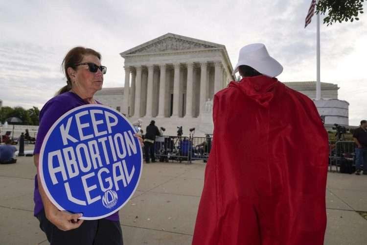 Manifestantes proaborto ante la Corte Suprema, Washington, el lunes 4 de octubre de 2021. Foto: J. Scott Applewhite/AP.