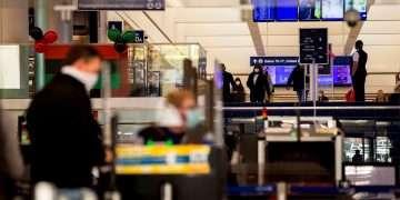 Controles fronterizos en aeropuerto de Estados Unidos. Foto: EFE/EPA/Etienne Laurent.