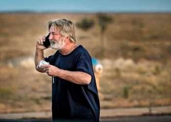 """El actor Alec Baldwin habla por teléfono tras el accidente en el local de filmación de la cinta """"Rust"""", que provocó la muerte a la directora de fotografía Halyna Hutchins. Foto: Jim Weber / The New Mexican."""