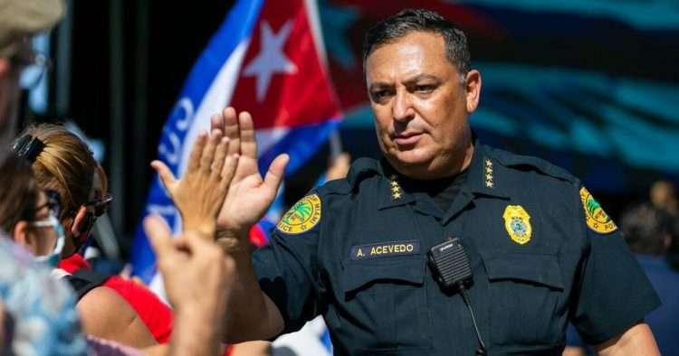 El ya exjefe de policía de Miami, Art Acevedo, participa en una manifestación de exiliados. Foto: Cortesía del Miami Herald.