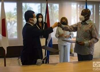 El embajador de Japón en Cuba, Kenji Hirata (izq), y el Dr. Brandão Gomes Có, representante de Unicef en la Isla, se saludan tras la firma de un proyecto conjunto para el fortalecimiento de la capacidad sanitaria de Cuba para enfrentar la COVID-19, el 27 de octubre de 2021 en La Habana. Foto: Otmaro Rodríguez.