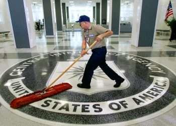 Un empleado de limpieza en el lobby de la CIA. | Foto: AP