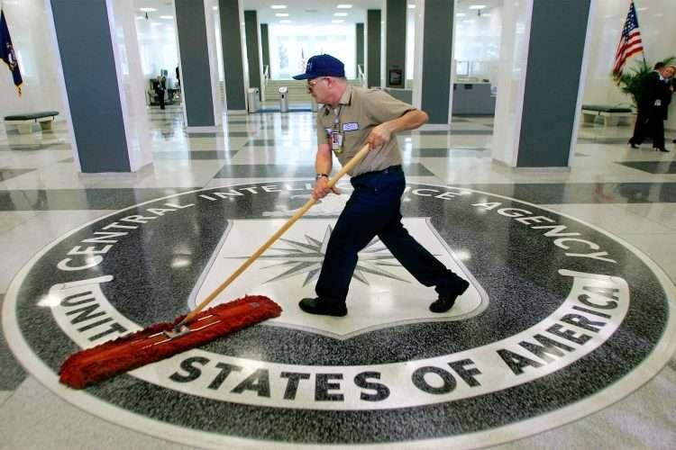Un empleado de limpieza en el lobby de la CIA.   Foto: AP