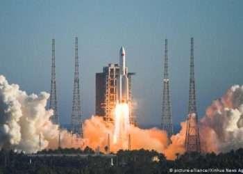 """El cohete Larga Marcha 5B, el más potente utilizado por China para transportar materiales a la estación Tiangong (""""Palacio celestial""""). Foto: Xinhua."""