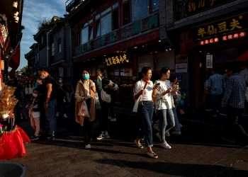 Personas caminando por las tiendas de la zona de Shichahai, en Pekín, China. Foto: Roman Pilipey / EFE.