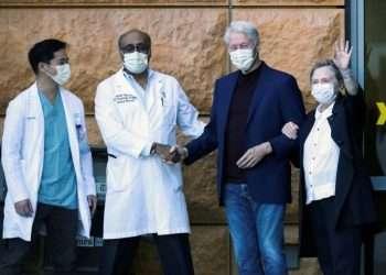 Bill y Hillary Clinton a la salida del hospital en LA. Foto: The New York Post.
