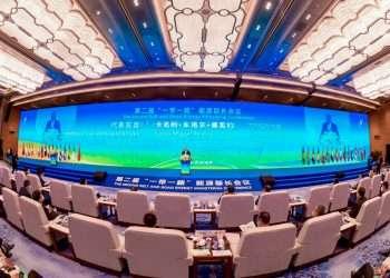 El embajador cubano en China interviene en la segunda conferencia de la Alianza para la Energía en Qingdao, China. Foto: @cmphcuba/Twitter.