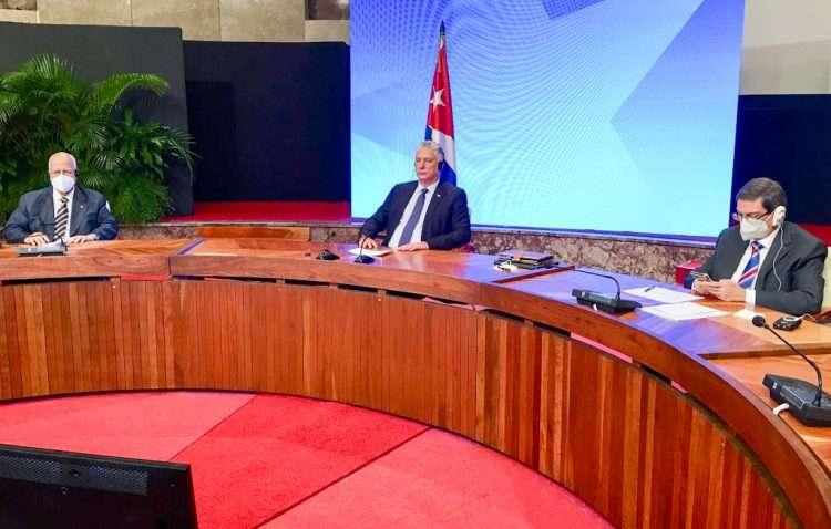 El presidente cubano Miguel Díaz-Canel (c), junto al viceprimer ministro Ricardo Cabrisas (izq) y al Canciller de la Isla, Bruno Rodríguez (der) participan de forma virtual en Consejo Supremo Económico Euroasiático. Foto: @PresidenciaCuba/Twitter.
