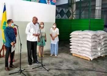 El embajador de San Vicente y las Granadinas aquí, Ellsworth I. A. John, durante la entrega oficial de la ayuda a Cuba. Foto: @MincinCuba/Twitter.