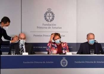 La bióloga Katalin Karikó (c), el bioquímico Philip Felgner (i) y el inmunólogo Drew Weissman (d) explican en rueda de prensa sus investigaciones para el desarrollo de algunas de las vacunas contra la COVID-19, que les han hecho merecedores del Premio Princesa de Asturias de Investigación Científica y Técnica 2021, este lunes en Oviedo. Foto: EFE/Eloy Alonso.
