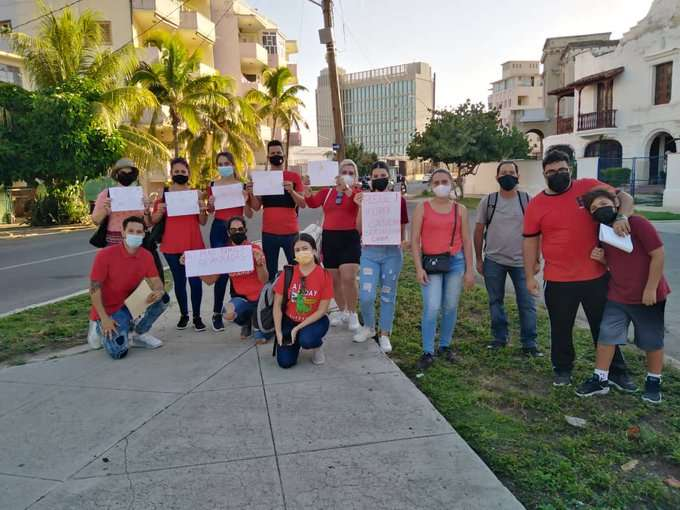 Cubanos reclaman en La Habana el reinicio de los servicios consulares de EE.UU. en Cuba, el 5 de octubre de 2021. Foto: @Mayelin60073369 / Twitter.