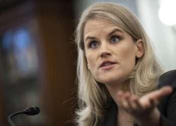 La ex empleada de Facebook y denunciante Frances Haugen testifica ante un Subcomité del Senado el martes 5 de octubre de 2021 Foto: Drew Angerer/ AP.