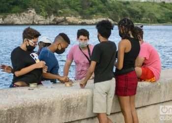 Un grupo de adolescentes en el Malecón de La Habana, tras su reapertura a la población. Foto: Otmaro Rodríguez.