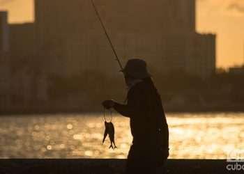 Un pescador en el Malecón de La Habana, Cuba. Foto: Otmaro Rodríguez / Archivo OnCuba.