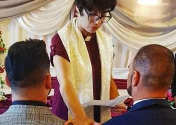 La pastora Elaine Saralegui Caraballo oficia un boda entre dos personas del sexo masculino en la sede de la Iglesia de la Comunidad Metropolitana, en Matanzas. Foto: Tomada del blog Q de Cuir / Archivo.