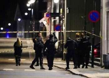 La policía en el lugar de los hechos después de un ataque de un hombre armado con arco y flechas en una ciudad al oeste de la capital noruega, Oslo. Foto: Hakon Mosvold Larsen / NTB Scanpix vía AP.