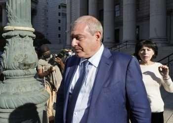 Lev Parnas abandona una corte federal, en Nueva York, hoy viernes 22 de octubre de 2021. Foto: Richard Drew/AP.