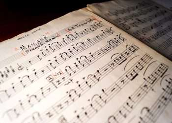 """Fotografía cedida por las bibliotecas de la Universidad Internacional de Florida (FIU Libraries) donde se muestra la partitura de la canción """"Mangüé"""" (Pregón-Mambo) de Celia Cruz. Foto: EFE/ Michel Andre/ FIU Libraries."""