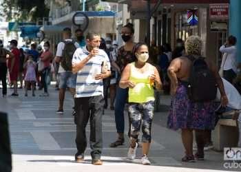 Personas en una calle en La Habana. Foto: Otmaro Rodríguez.