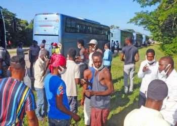 Un grupo de migrantes haitianos varados en Cuba espera para abordar los ómnibus que les trasladarán al puerto de Santiago de Cuba, para retornar a su país. Foto; granma.cu