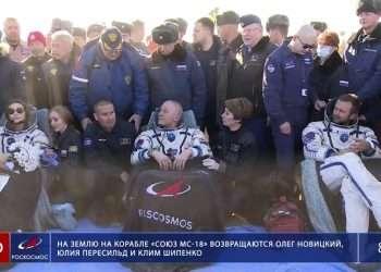 El cosmonauta ruso Oleg Novitskiy (centro), la actriz Yulia Peresild y el director de cine Klim Shipenko poco después del aterrizaje de la cápsula espacial Soyuz MS-18. Foto: Agencia Espacial Roscosmos vía AP.