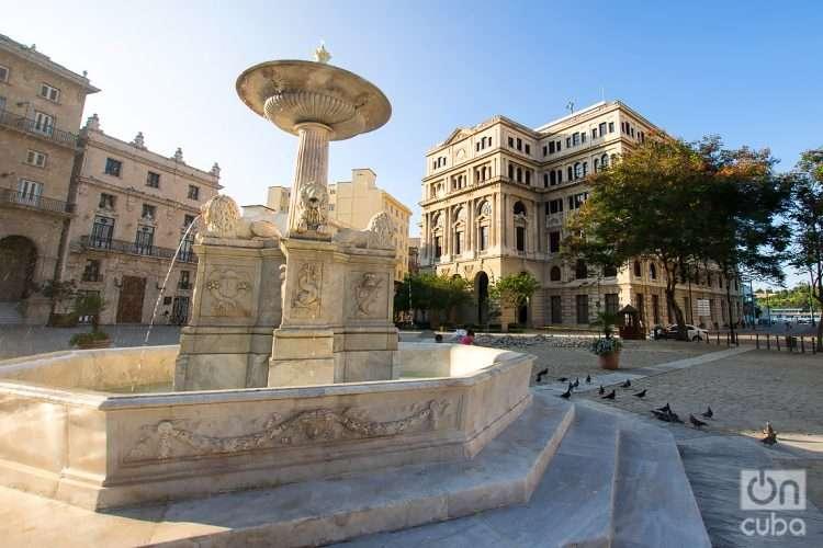 La Plaza de San Francisco de Asís, en La Habana, con la Fuente de los Leones, obra del artista italiano Giuseppe Gaggini, en primer plano. Foto: Otmaro Rodríguez.