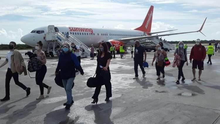 Con unos 160 viajeros la aerolínea canadiense Sunwing retomó sus vualos a Varadero. Foto: Radio Taíno.