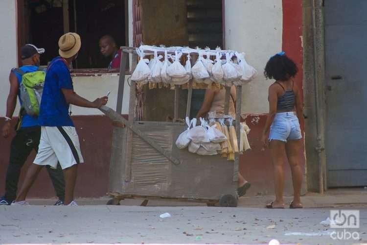 Vendedor particular de pan y galletas en La Habana, Cuba. Foto: Otmaro Rodríguez.