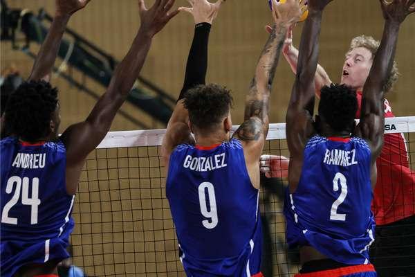 El equipo cubano frente a los canadienses. Foto: JIT.