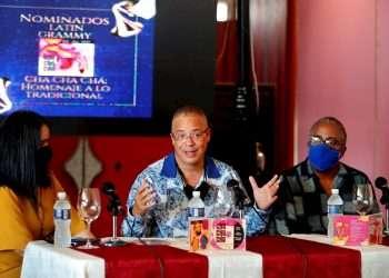 """El músico cubano Issac Delgado (c), habla durante la presentación del disco """"Cha cha chá: Homenaje a lo tradicional"""", uno de los fonogramas de artistas cubanos nominados a los Latin Grammy 2021. Foto: Ernesto Mastrascusa / EFE."""