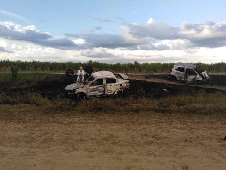 Los dos vehículos se incendieron tras impactar. Foto: Tomada del perfil de Facebook de Orlando Cruz.