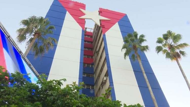 Mural de la bandera cubana inaugurado en un edificio de Matanzas. Foto: TV Yumurí.