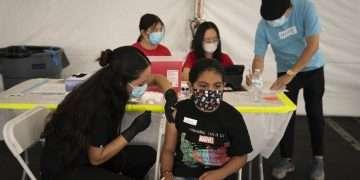 Mayra Navarrete, de 13 años, recibe la vacuna de Pfizer contra el COVID-19 en un centro de vacunas en Orange, California, el 28 de agosto de 2021. Foto: Jae C. Hong/Ap/Archivo.