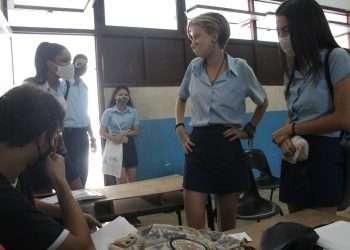 Estudiantes de 12 grado de preuniversitario en Cuba se alistan para reinicio de clases presenciales. Foto: cuba.unfpa.org
