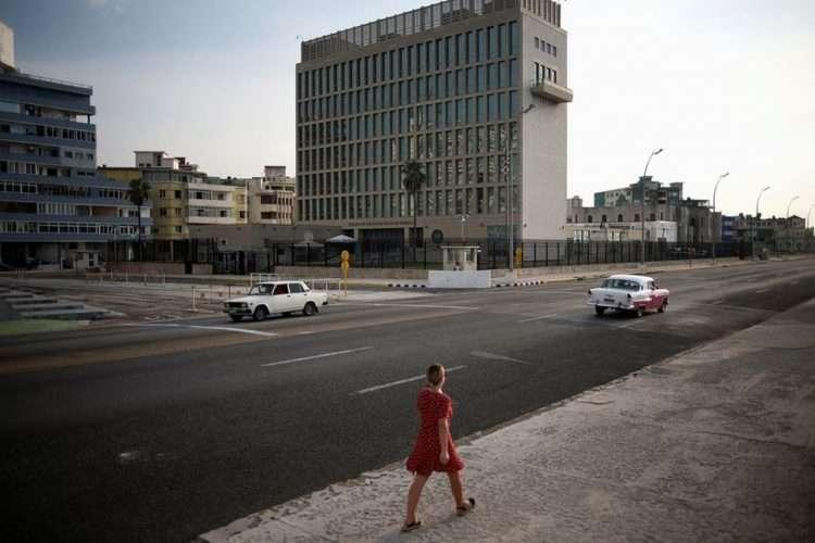 Una mujer camina por el Malecón habanero frente a la embajada de Estados Unidos. | Foto: AP (Archivo)