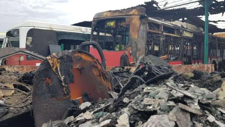 Unincendio en la Base de Omnibus de Santa Martha provocó daños considerables en dos de los vehículos. Foto: Marlene Bouza.