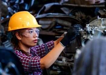 Una trabajadora estadounidense trabaja en una fábrica automotriz. |  Workforce.com